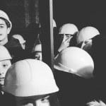 Casque de sécurité vissé sur la tête, en avant pour les tréfonds de la mine !