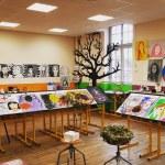 Travaux d'élèves en salle d'arts plastiques.